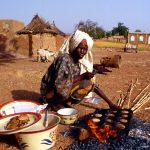 Burkina Faso, donna che vende frittelle a Nanorò