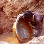 Burkina Faso, ragazzina che lavora nelle miniere d'oro di Yako
