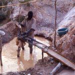 Burkina Faso, lavorazione del filtraggio dell'acqua nelle miniere d'oro di Yako
