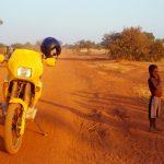 Burkina Faso, la pista che porta a Ouagadougou con le luci del tramonto