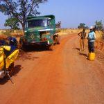 Burkina Faso, operai al lavoro lungo la strada che da Yako porta verso il Mali
