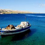 Croazia, isola di Pag, una barca ormeggiata nellla baia di Metajana