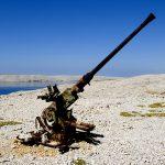 Croazia isola di Pag, una vecchia contraerea residuato bellico della guera dei Balcani nel 1992