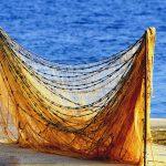 Croazia isola di Pag, una rete da pesca messa ad asciugare sul lungo mare di Mandre