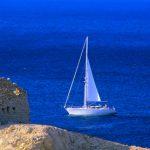 Crroazia isola di Pag, una barca vela sta per doppiare il la rocca di Paski Most nel nel canale dei Velebiti