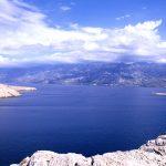 Croazia isola diPag, una turita osserva il panorama sul Canale dei Velbiti a Paski Most
