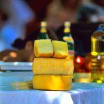 Croazia isola di Pag , formaggio in vendita al mercatino di Novalja