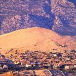 Croazia isola di Pag panorama su monti Velebiti visto da Kolan
