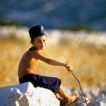 Croazia Isola di Pag un giovane pastorello in posa per una foto nei pressi Kolan