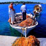 Croazia isola di Pag pescatori nel porto di Novalja