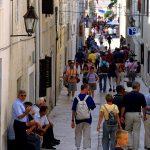 Croazia una via del centro di Pag