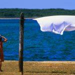 Croazia Isola di Olib, una bambina osserva il mare