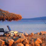 Croazia isola di Pag, un pescatore sul lungo mare di Mandre