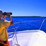 Croazia isola di Pag, un bambino osserva il mare in navigazione verso Olib