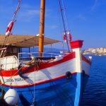 Croazia isola di Pag, una motonave per il trasporto di turisti ormeggiata a Pag