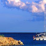 Croazia, isola di Pag, una barca a vela salpa dal porto di Mandre