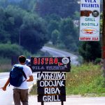 Croazia un autostoppista lungo la strada dei Laghi di Plitvice