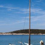 una barca di un pescatore ormaggiata in un molo a martinscica sull'isola di cres