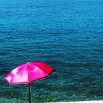 un ombrellone su un molo del lungo mare di martinscica sull'isola di cres