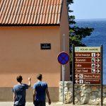 Europa, croazia, turisti in una via di Mandre sull'isola di Pag