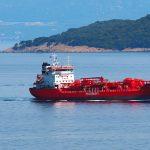 una nave che trasporta componenti chimici. attraversa il canale tra Brestova e l'isola di cres