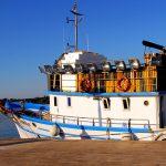 Croazia isola di Pag Un anziano pescatore si avvicina ad un pescherccio al porto di Novalja
