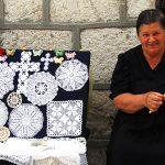 Croazia Isola di Pag Una donna anziana ricama pizzi nel centro storico di Pag