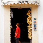 Croazia Isola di Pag,Una bottega di souvenir a Pag