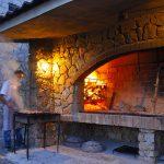 Europa, croazia, preparazione di Peka,tipico modo di cucinare con la brace sull'isola di griglia pag