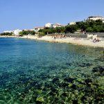 Europa, croazia, la spiaggia di ciottoli sul lungomare del mandre, isola di pag