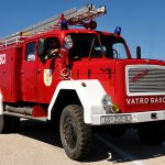 Europa, croazia, i pompieri con il loro camion sull'isola di Pag