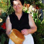 Croazia Isola diPag donna vende il tipico formaggio dell'Isola di Pag al villaggio di Kolan