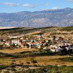 Europa, croazia, isola di pag, il villaggio di kolan, sullo sfondo i monti Velebiti