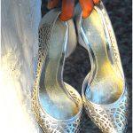 Foto matrimonio scarpe della sposa, Sposa con le scarpe in mano. Foto © Nicola De Marinis