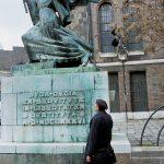 un anziano signore osserva un monumento alla libertà nel centro di Budapest