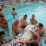 persone che mentre fanno il bagno giocano a scacchi nelle terme szechenyi a Budapest