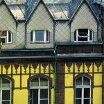 tipico palazzo decorato per le vie di Budapest