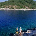 isola di Korkula cicloturisti nella baia di Babina