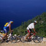 Dalamazia isola di Korkula cicloturisti sulla strada sterrada che conduce alla baia di Babina