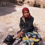 giordania, ragazzina con teiera nella zona archeologica di petra