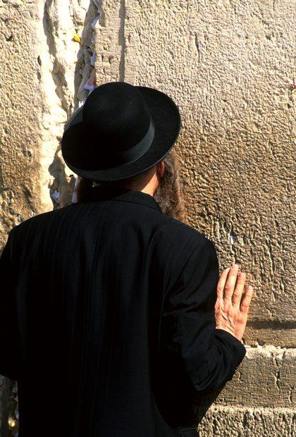 Israele, ebreo ortodosso al muro del pianto a Gerusalemme