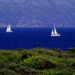 Dalmazia, Isola di Korkula, due barche a vela, navigano davanti alla costa di Lumbarda