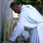Dalmazia, Isola di Korkula, un monaco della confraternita accende delle candele in occasione dell afesta di Santa Vincenza a Blato