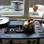 eurasia, georgia, una vecchia cucina a gas all'interno di un'abitazione nell periferia della città di tblisi |Eurasia, Georgia, an old gas stove inside a house in the outskirts of the city of tblisi