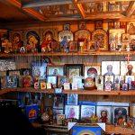 Romania, una religiosa Ortodossa che vende souvenir al Monastero di Varonet