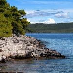 una barca a vela solca le acque antistanti a dugi otok in croazia nell'aricpelago zaratino