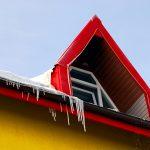 Romania, particolare del tetto ghiacciato di un'abitazione a Suceava