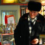 Romania, un avventore in un bar cafè a Suceava