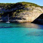 europa, francia, corsica, una baia lungo la costa nei pressi di bonifacio