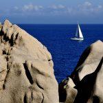 europa, italia, sardegna, una barca a vela solca le acque davanti a capo testa a santa teresa di gallura